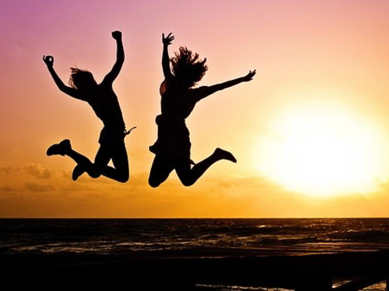 Menschen springen in die Luft